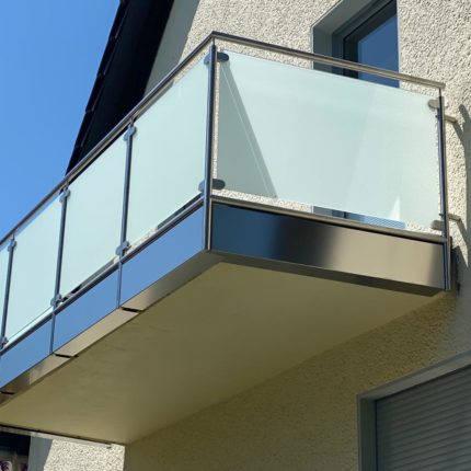 Balkongeländer aus Stahl mit Verglasung Witten